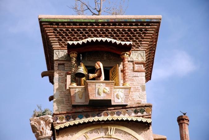 Ангел в башенке бьёт молоточком в колокол, сообщая точное время
